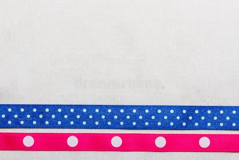 Cadre rose bleu pointillé de ruban sur le tissu blanc images libres de droits