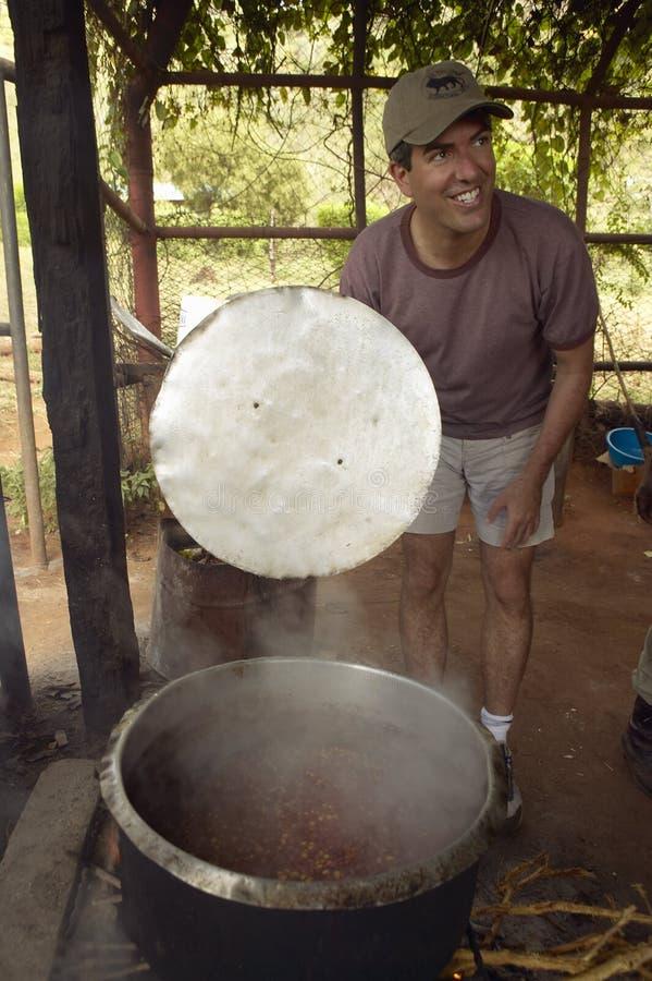 Cadre supérieur Officer, Wayne Pacelle de société humanitaire, passant en revue la nourriture d'éléphant africain faisant cuire c image stock