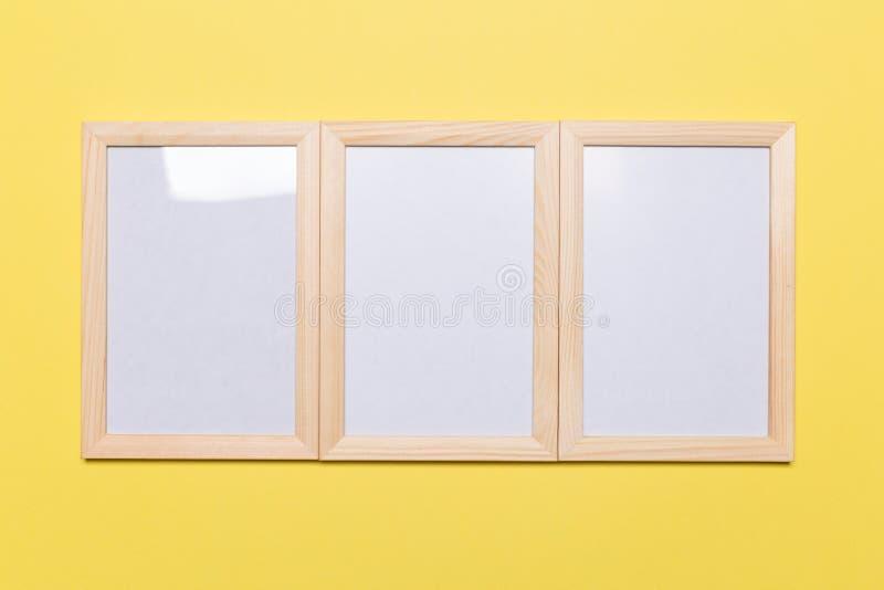 Cadre vide sur un fond jaune image stock