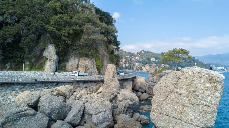 Cadrega、海杉树、鸟瞰图、江边在圣马尔盖里塔利古雷之间和菲诺港利古里亚岩石, 免版税库存照片