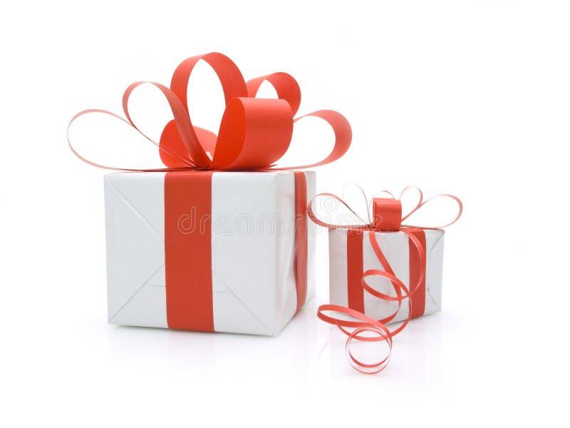 Cadres de cadeau attachés avec les bandes rouges image libre de droits