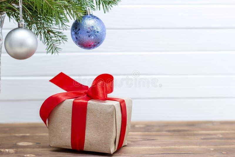 Cadres de cadeau sous l'arbre de No?l Fond de No?l photographie stock