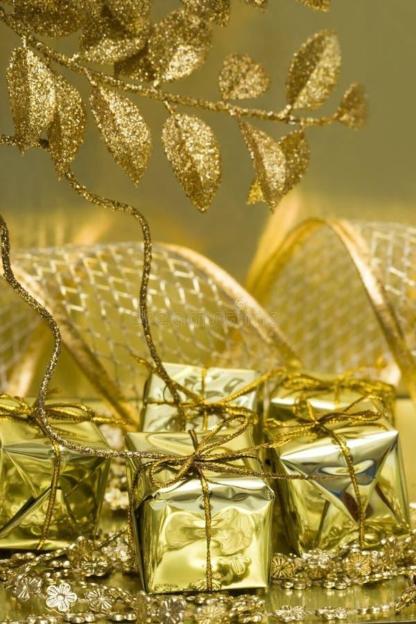 Cadres de cadeau sur d'or photo libre de droits
