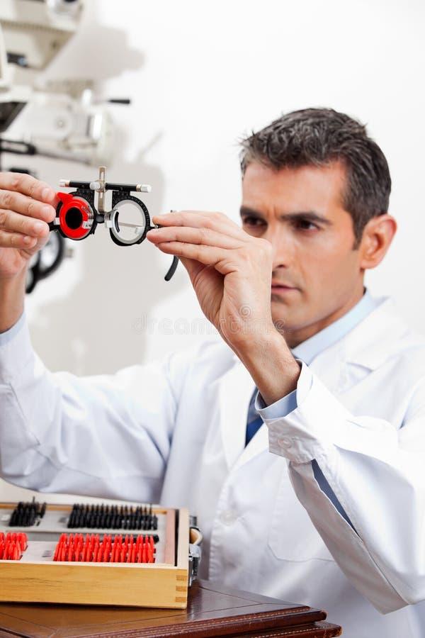 Cadres de procès de Checking Lens Of d'ophtalmologiste images libres de droits