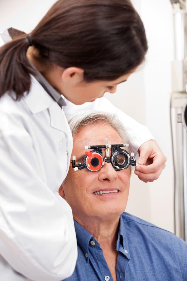 Cadres de procès de port d'homme pour le traitement d'oeil photographie stock