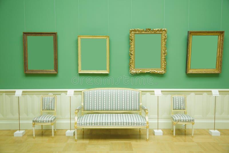 Cadres de tableau dans la chambre verte du musée photos stock