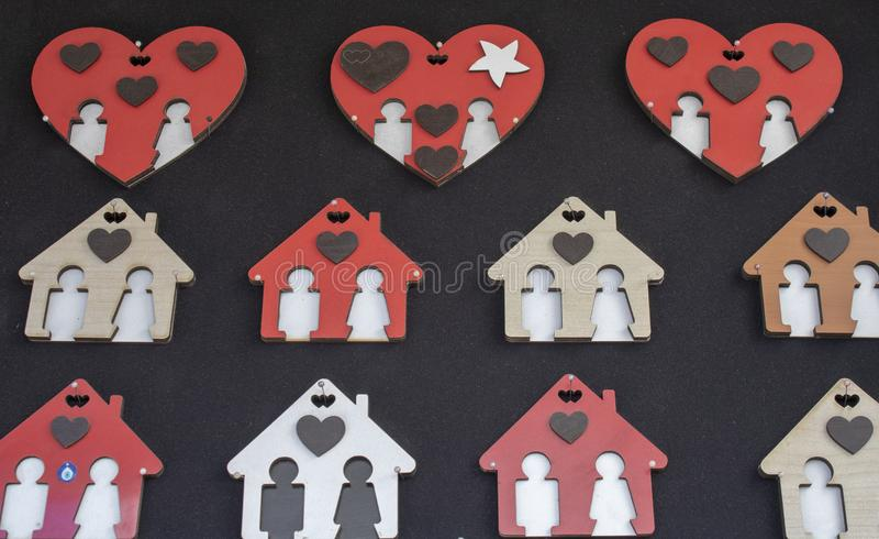 Cadres de tableau faits de bois Coeur et maison avec le modèle Il a un fond noir images stock