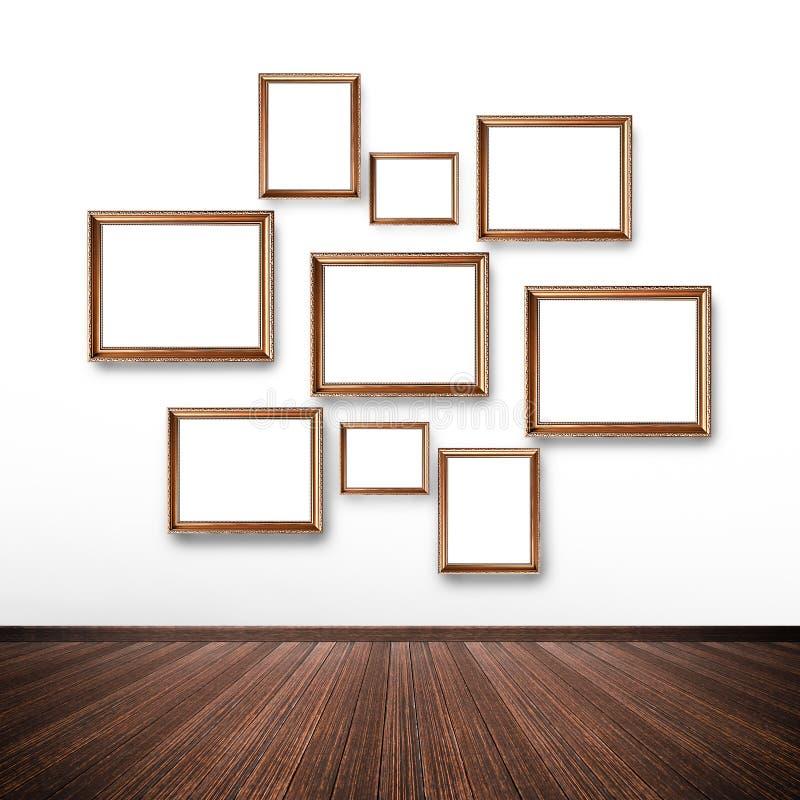 Cadres de tableau sur le mur à l'intérieur de la salle images stock