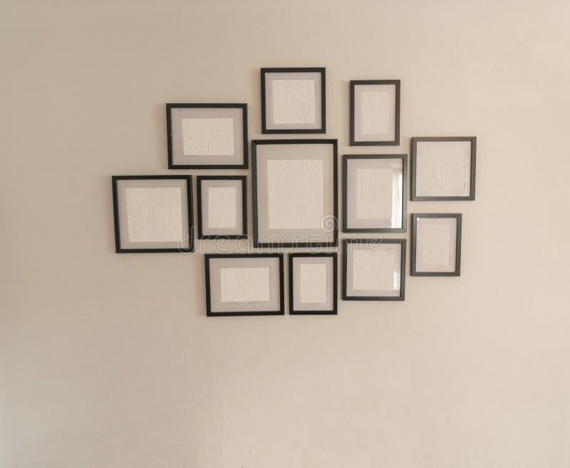 Cadres de tableau vides sur le mur blanc photo libre de droits
