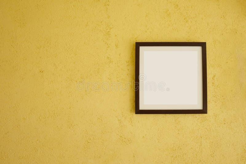 Cadres de tableau vides sur les murs jaunes de cru photo stock