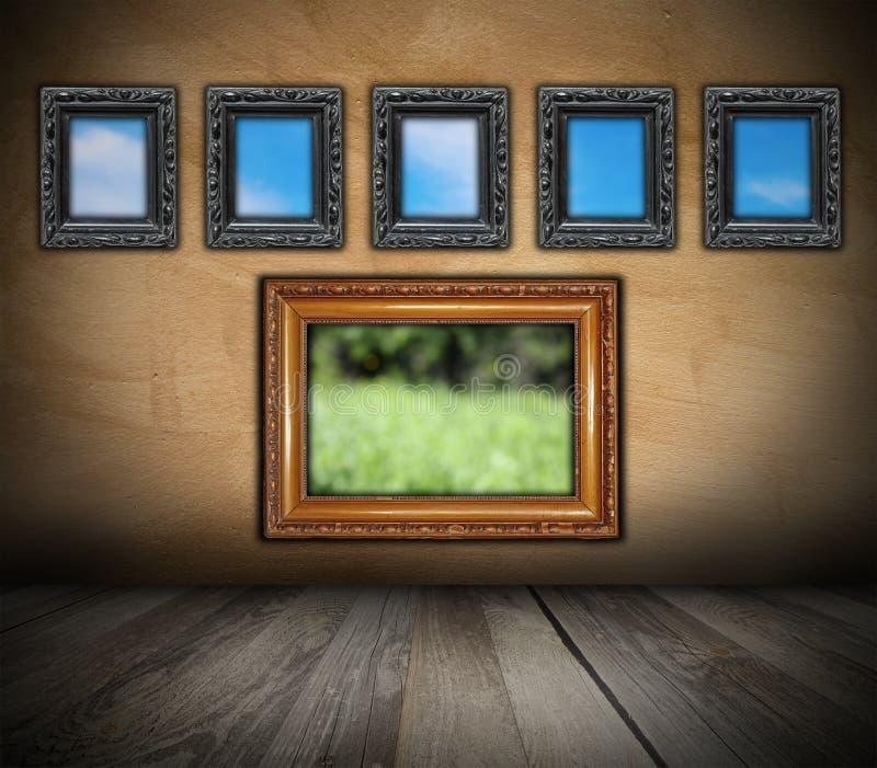 Cadres en bois antiques sur le mur grunge photo libre de droits