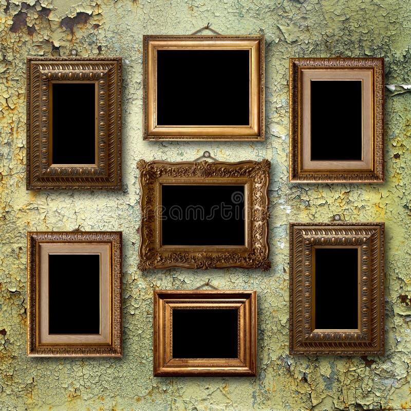 Cadres en bois dorés pour des photos sur le vieux mur rouillé image libre de droits