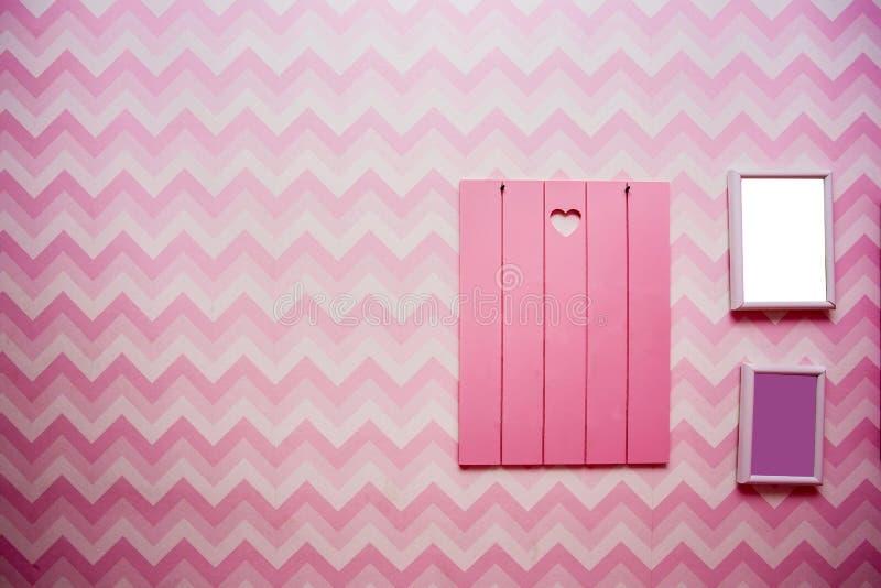 Cadres en bois vides sur le mur rayé rose, l'espace vide pour le texte, le rose et la rétro conception pourpre image libre de droits