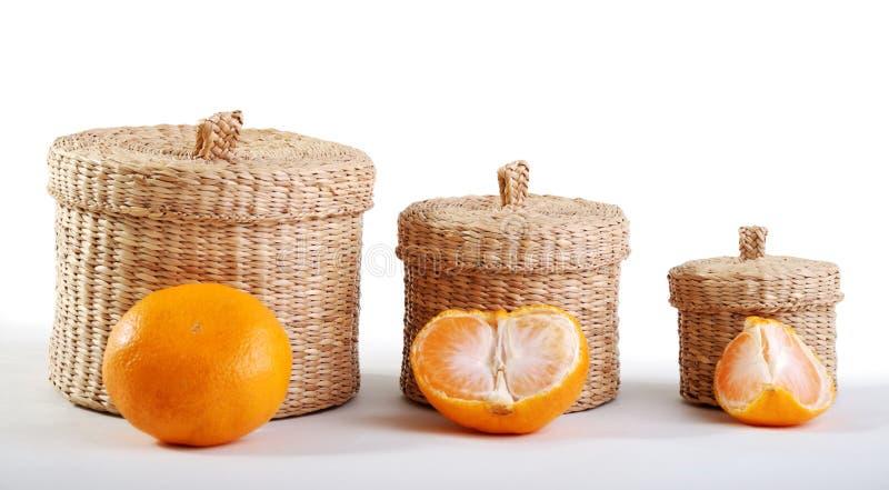 Cadres et mandarine en osier photo stock