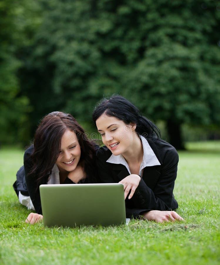 Cadres femelles à l'aide de l'ordinateur portable photographie stock
