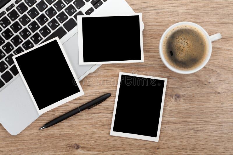 Cadres instantanés vides de photo au-dessus de table de bureau photo stock