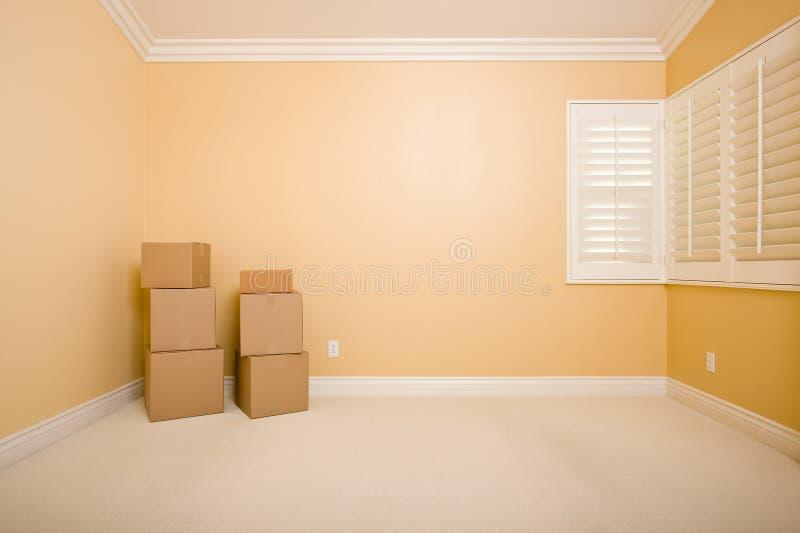 Cadres mobiles dans la chambre vide avec l'espace de copie sur le mur photographie stock