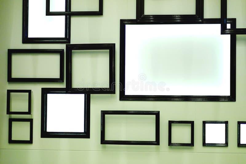 Cadres noirs sur le mur photographie stock libre de droits