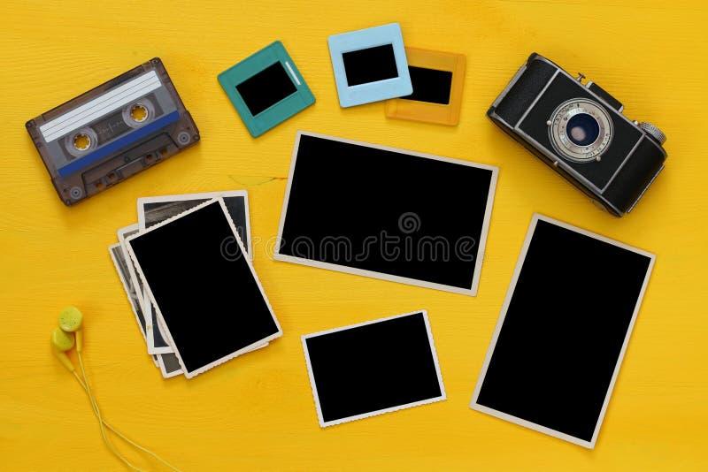 cadres vides de photographies à côté de vieil appareil-photo image libre de droits