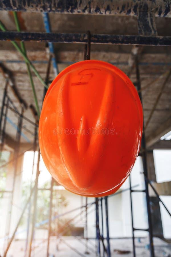 Caduta del casco sull'impalcatura immagini stock