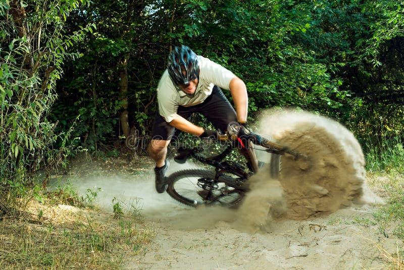 Caduta del ciclista in mountain-bike fotografia stock libera da diritti