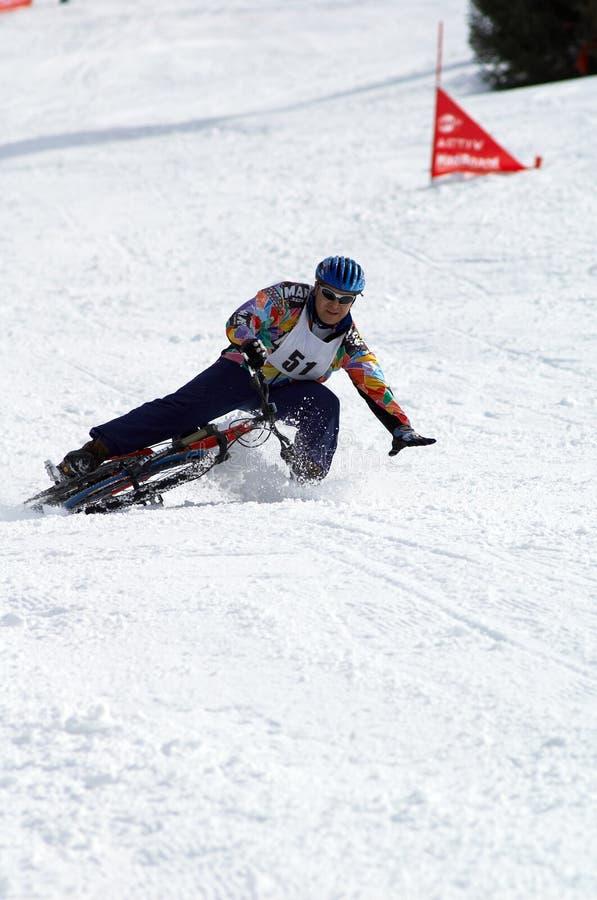 Caduta del motociclista della neve sulla corsa immagini stock