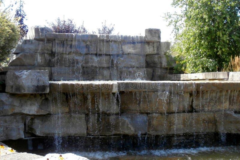 Caduta dell'acqua dalle rocce fotografie stock libere da diritti