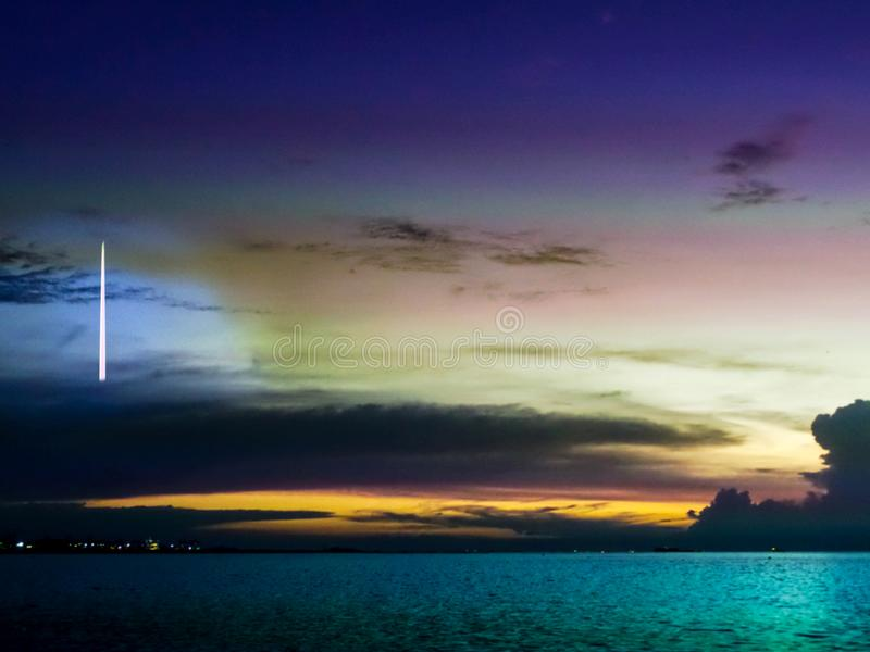 caduta della cometa sul cielo freddo della nuvola scura sopra il mare fotografia stock