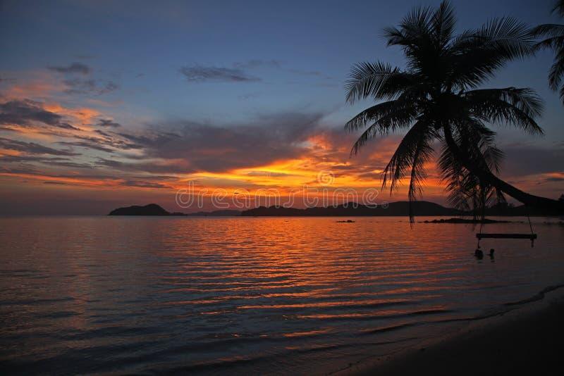Caduta della culla o dell'oscillazione sul bello tramonto del cocco alla spiaggia Tailandia Trad di Mak del KOH fotografia stock