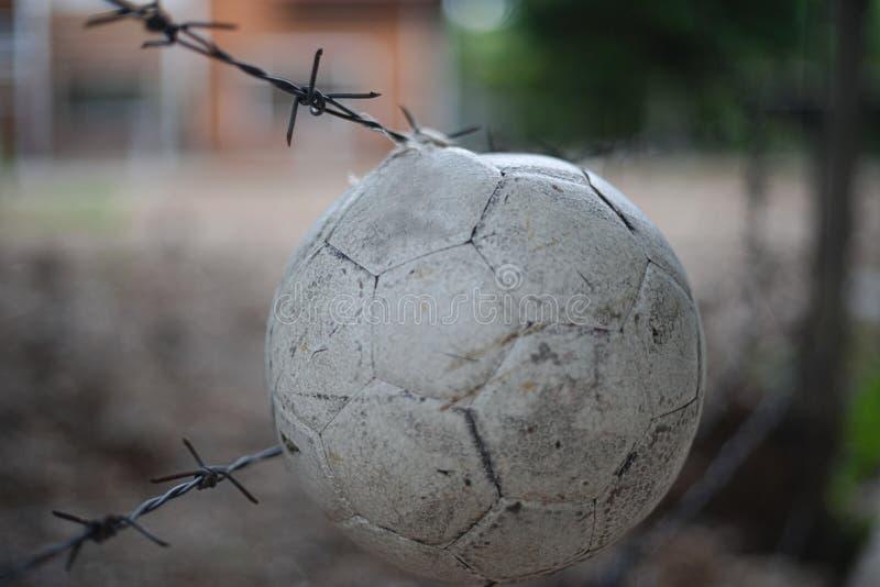 Caduta della palla sulla barriera davanti al posto di abbandono fotografie stock libere da diritti