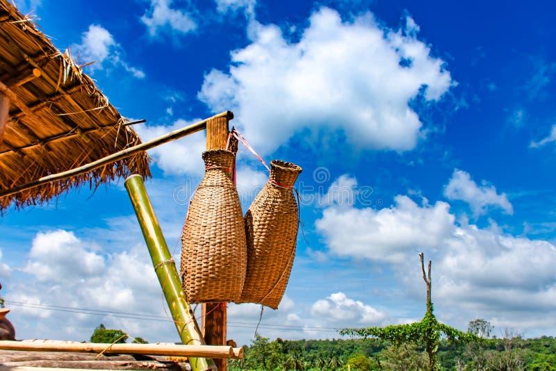 Caduta di bambù del rastrelliera di pesca, del canestro sul terrazzo di legno e bri fotografie stock