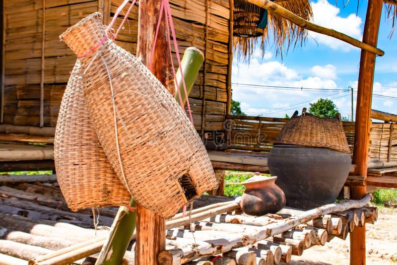 Caduta di bambù del rastrelliera di pesca, del canestro sul terrazzo di legno e bri fotografia stock libera da diritti