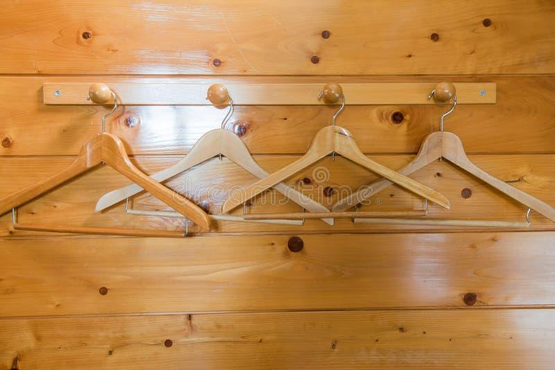 Caduta di legno del gancio di cappotto su una parete di legno fotografie stock
