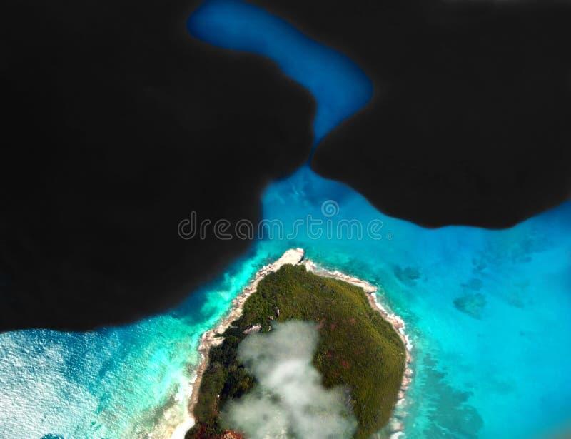 Caduta di olio sul mare immagini stock