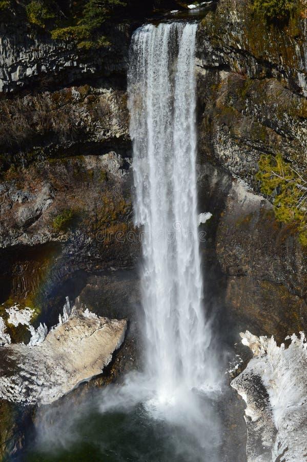 Caduta ed arcobaleno dell'acqua fotografie stock
