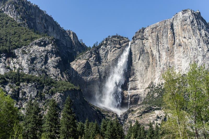 Caduta superiore di Yosemite alla panoramica di parco nazionale di Yosemite immagine stock