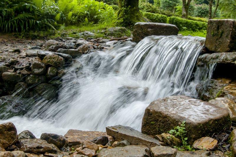 Caduta vicino alla città, la valle di Kathmandu dell'acqua fotografia stock libera da diritti