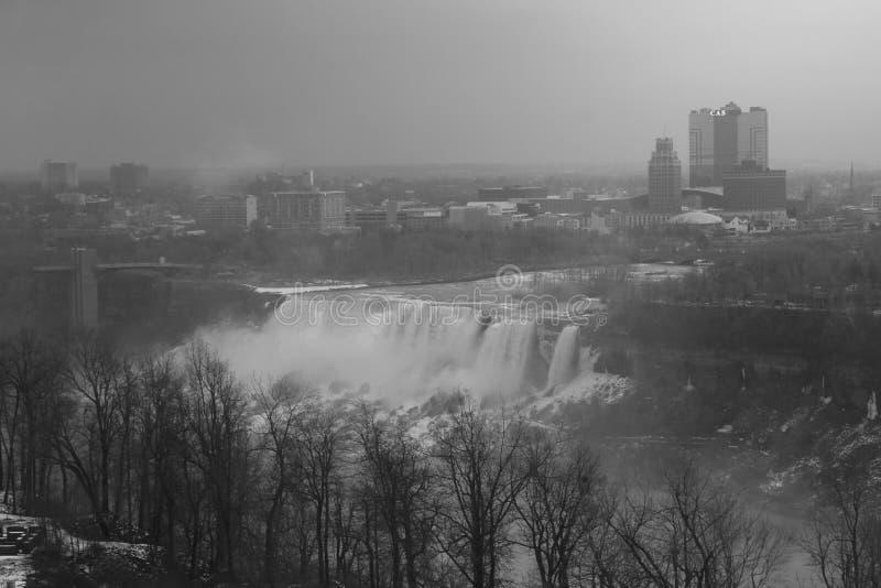 Cadute degli Americani di cascate del Niagara in bianco e nero immagini stock