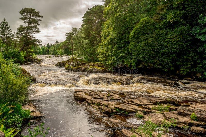Cadute del fiume Dochart in Loch Lomond e nel parco nazionale di Trossachs, Scozia centrale fotografie stock