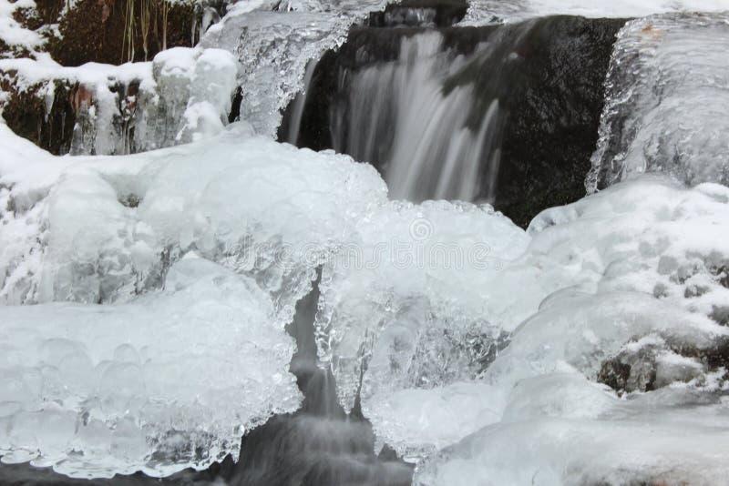 Cadute del ruscello di cadute congelate immagini stock
