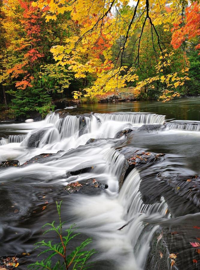 Cadute dell'obbligazione, autunno Waterall nel Michigan fotografia stock
