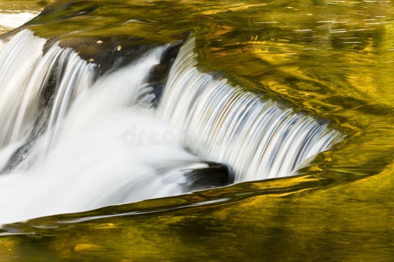 Cadute dell'obbligazione che riflettono i colori di caduta fotografie stock