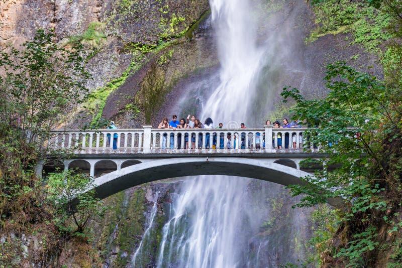 CADUTE DI MULTOMAH, O - 19 AGOSTO 2017: I turisti godono delle cadute f fotografia stock