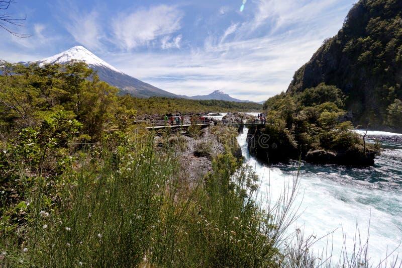 Cadute di Petrohue e vulcano di Osorno nel Cile fotografia stock libera da diritti