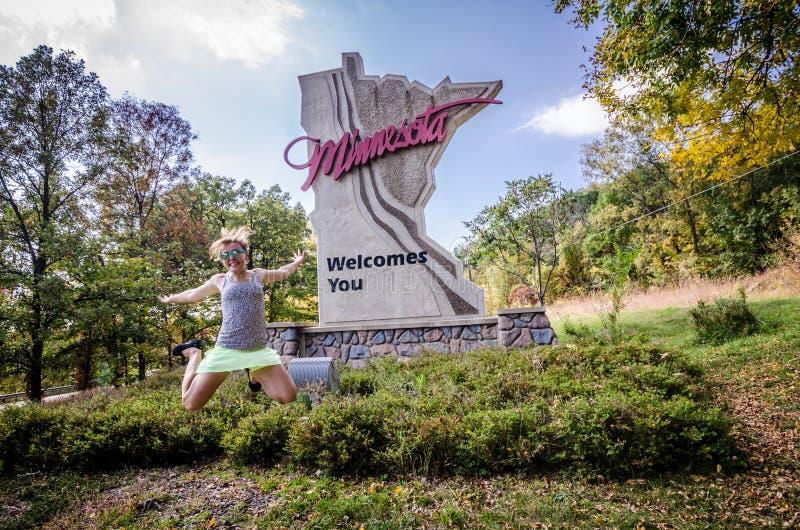 CADUTE DI TAYLORS, MINNESOTA: Una donna adulta salta fotografie stock libere da diritti