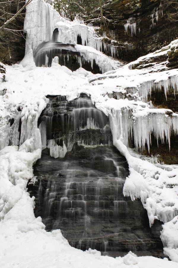 Cadute WV della cattedrale della cascata di inverno congelate Snowy immagine stock libera da diritti