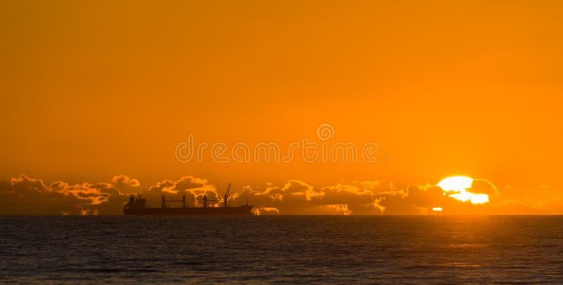 Caego skepp på solnedgången royaltyfria foton