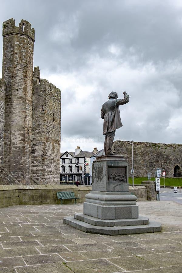 Caernarfon País de Gales - 1 de mayo de 2018: Primer ministro piedra conmemorativa de David Lloyd George imagen de archivo libre de regalías