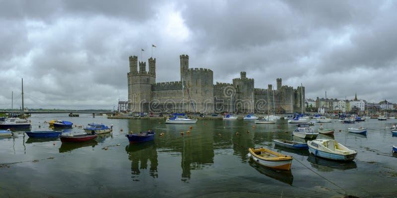 Caernarfon slott över hamnen, Wales, UK royaltyfria foton