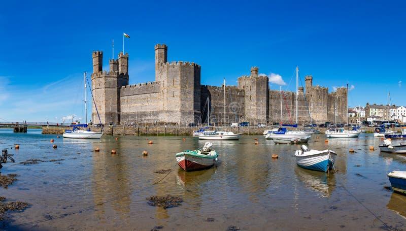 Caernarfon slott och Seiont bred flodmynning, Gwynedd, Wales royaltyfri foto